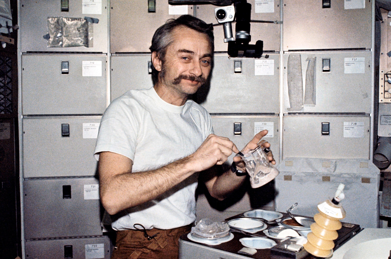 Оуэн Гэрриот изображает принятие пищи в космосе