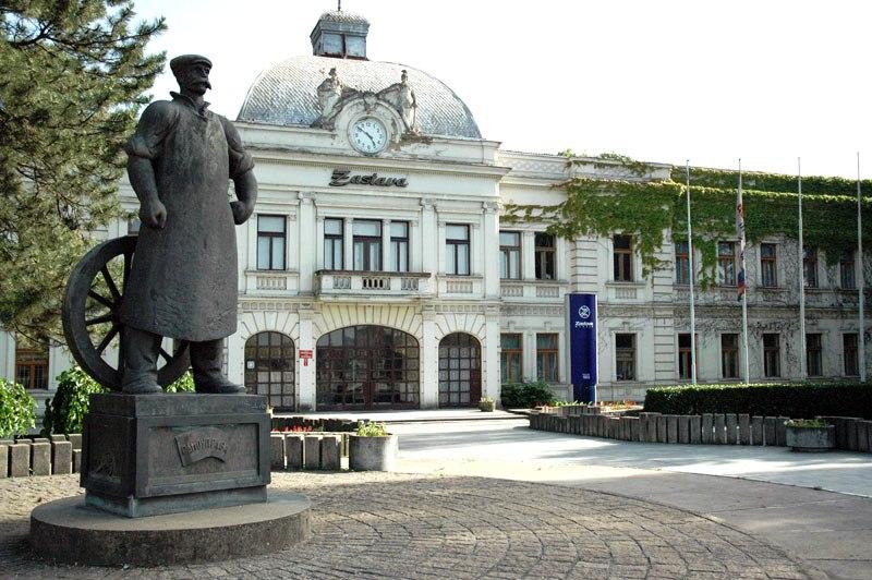 File:The-square-Topolivca1.jpg