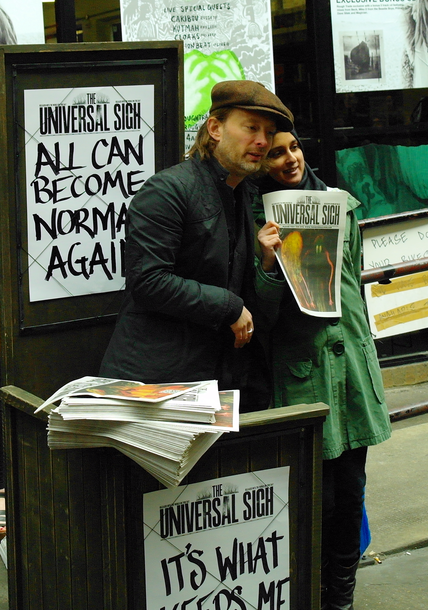 Yorke distribuyendo el periódico The Universal Sigh durante la promoción de The King of Limbs (2011).