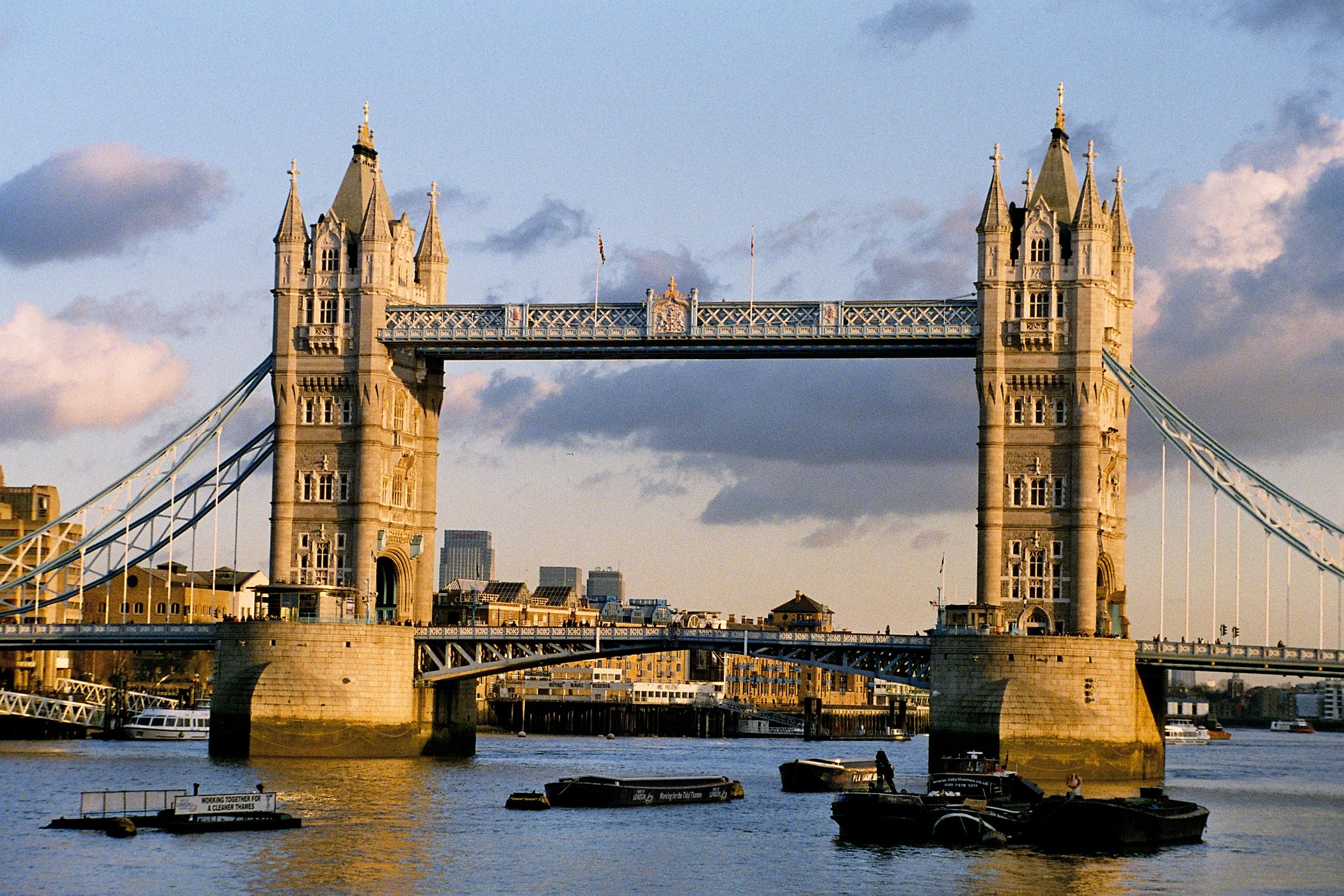 london bridges from tower bridge to westminster bridge thinglink. Black Bedroom Furniture Sets. Home Design Ideas
