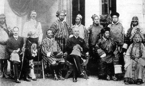 Bhutanese Body guard. Français : Garde du corps bhoutanais. 83 27 59 64 480 286 Capt. Henry Hyslop 1 45 30 55 480 286 English: Bhutanese Body guard. Français :