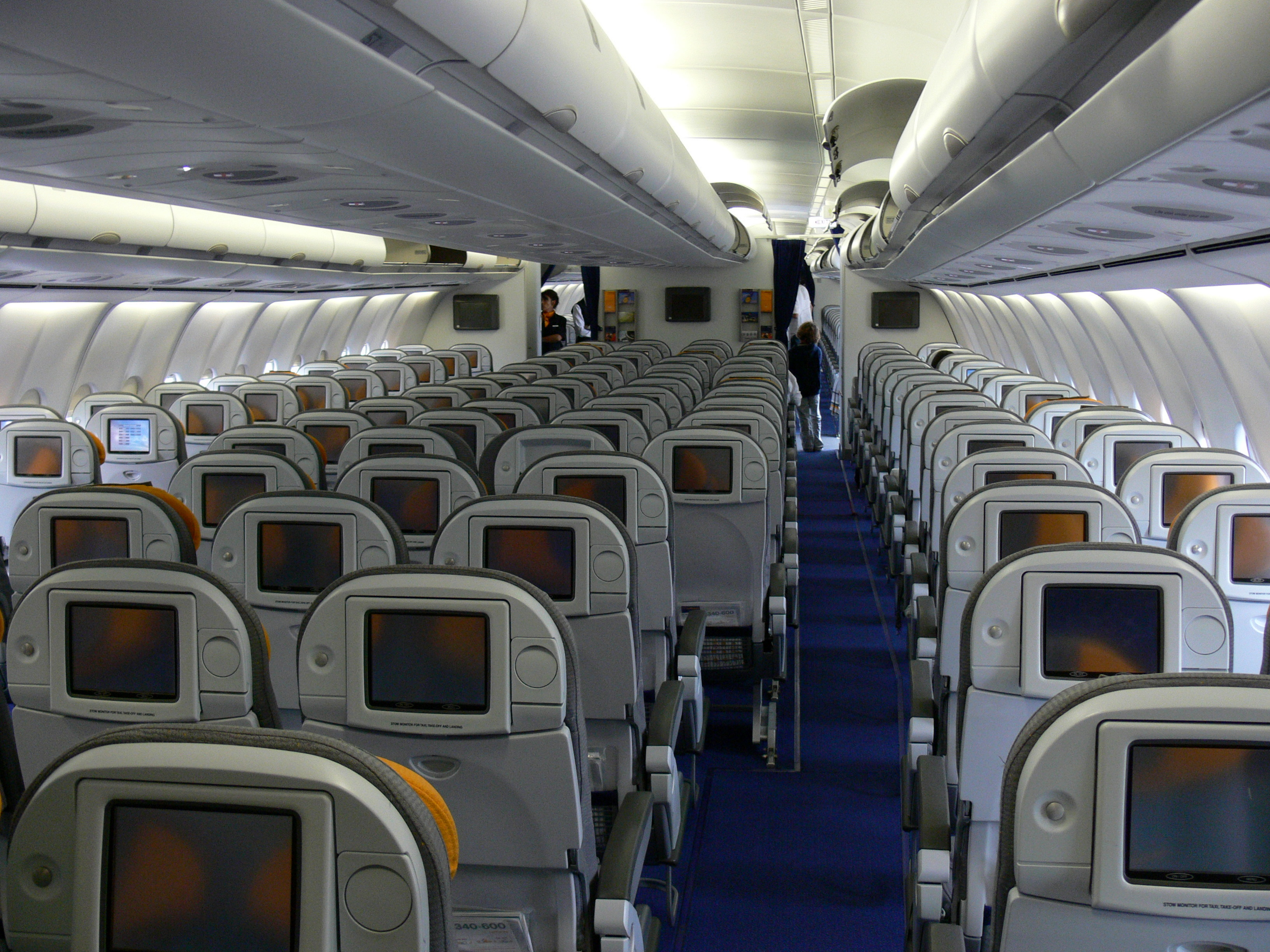 File ycl cabin of jpg wikimedia commons for Interieur airbus a340 600