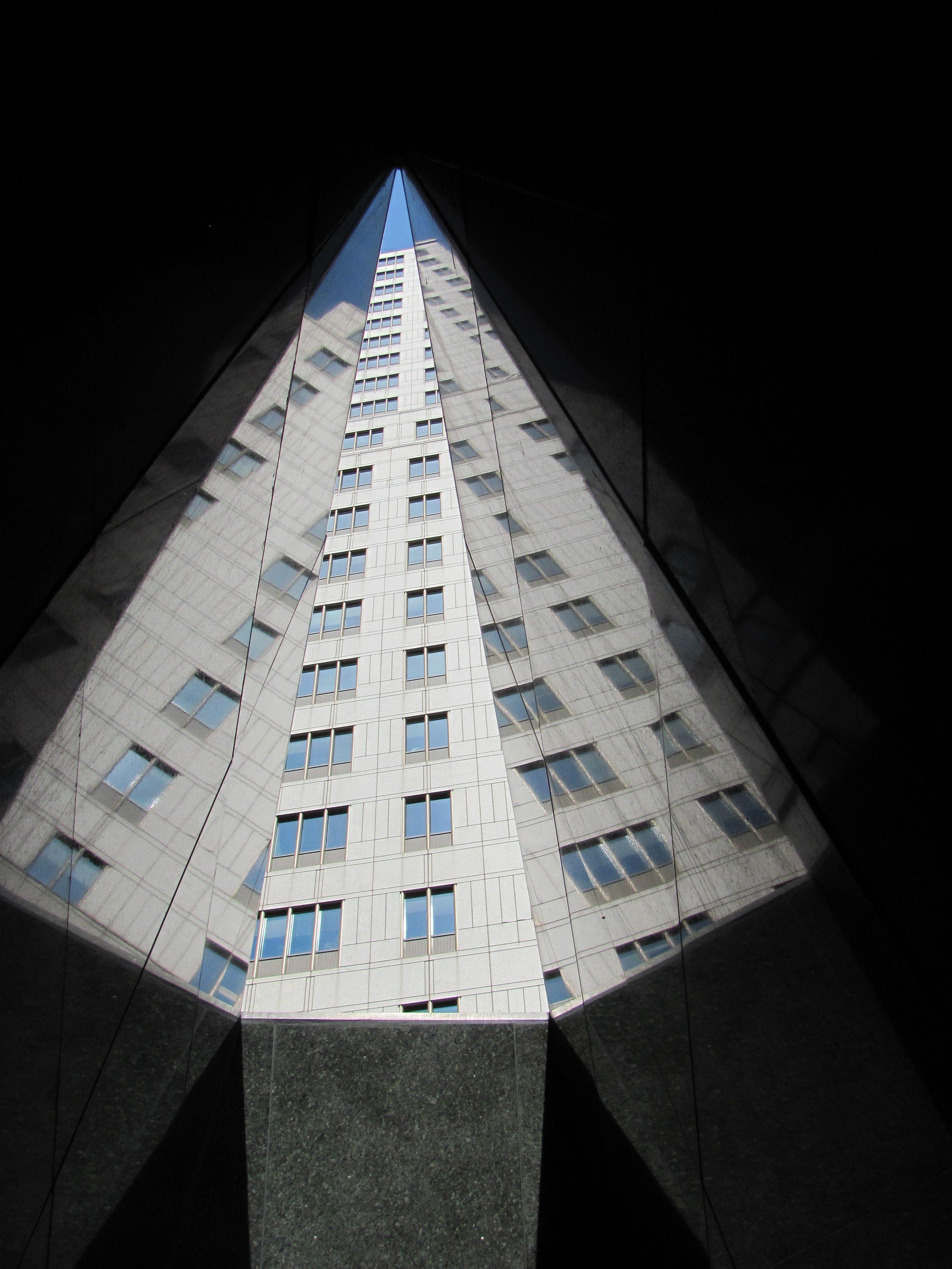 Durchblick durch die Libationskammer nach oben auf das Bundesgebäude, das auf dem Friedhof errichtet wurde