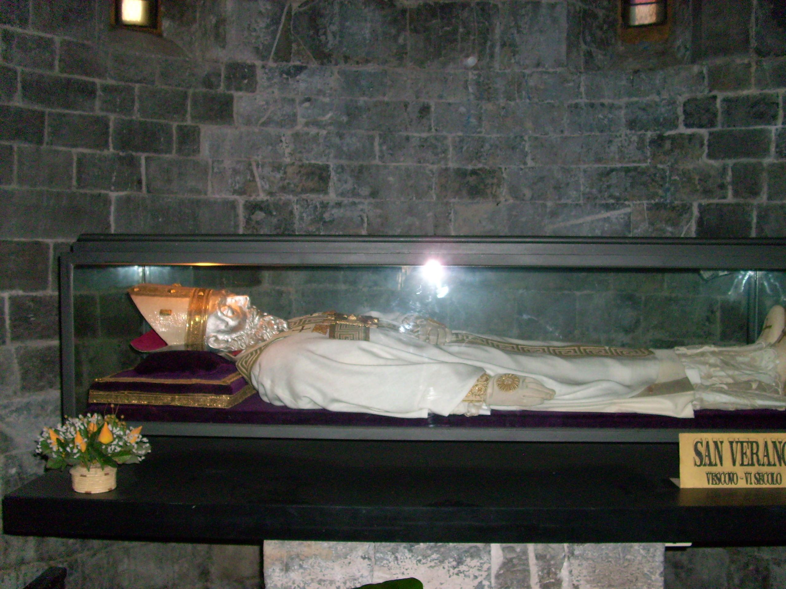 Veranus' ikledde relikvier i katedralen San Michele Arcangelo i Albenga i Liguria i Italia