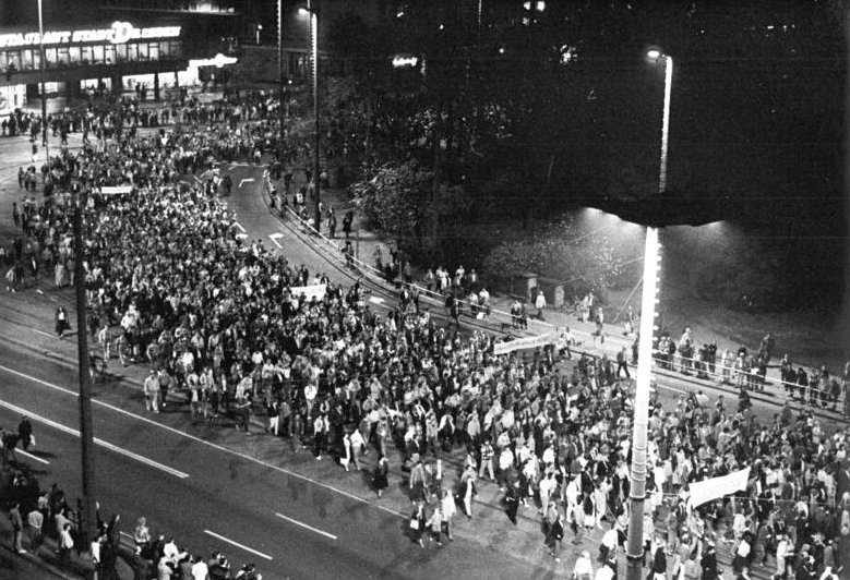 Bundesarchiv Bild 183-1989-1023-022, Leipzig, Montagsdemonstration Bundesarchiv_Bild_183-1989-1023-022%2C_Leipzig%2C_Montagsdemonstration