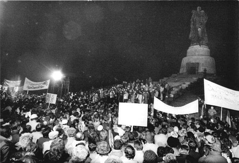 Datei:Bundesarchiv Bild 183-1990-0105-300, Berlin, Demonstration am sowjetischen Ehrenmal.jpg