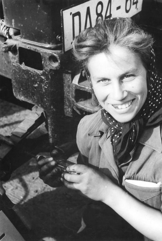 Bundesarchiv Bild 183-66070-0001, VEG Pinnow, Traktoristin und Aktivistin