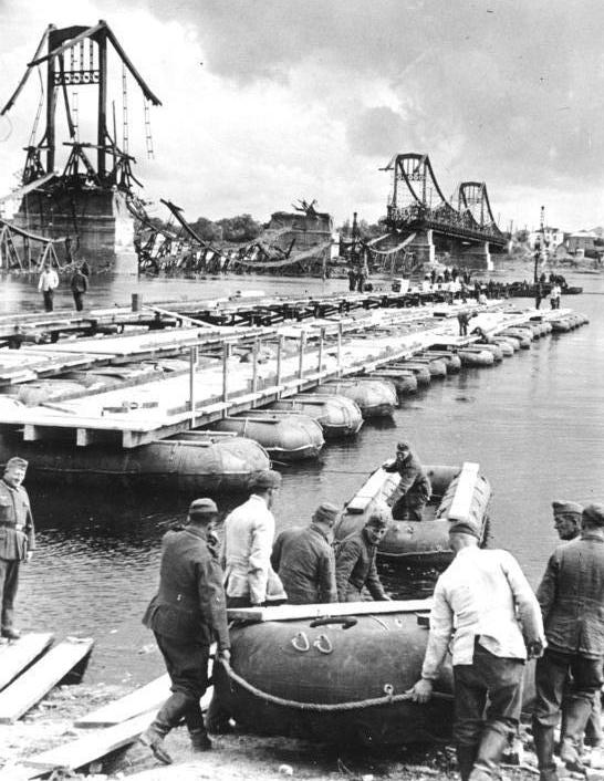 Bundesarchiv Bild 183-L20392, Kiew, Pioniere errichten Pontonbrücke.jpg