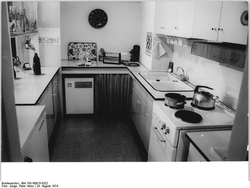 file bundesarchiv bild 183 n0815 0322 k cheneinrichtung einer wikimedia. Black Bedroom Furniture Sets. Home Design Ideas