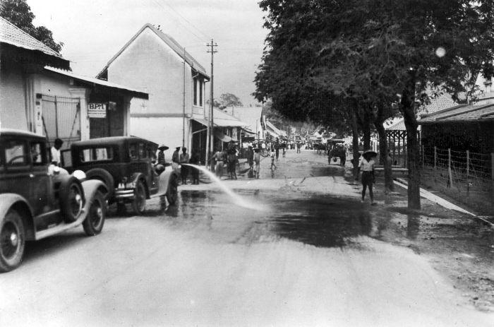 De brandweer maakt de straten van Magelang schoon nadat de stad was