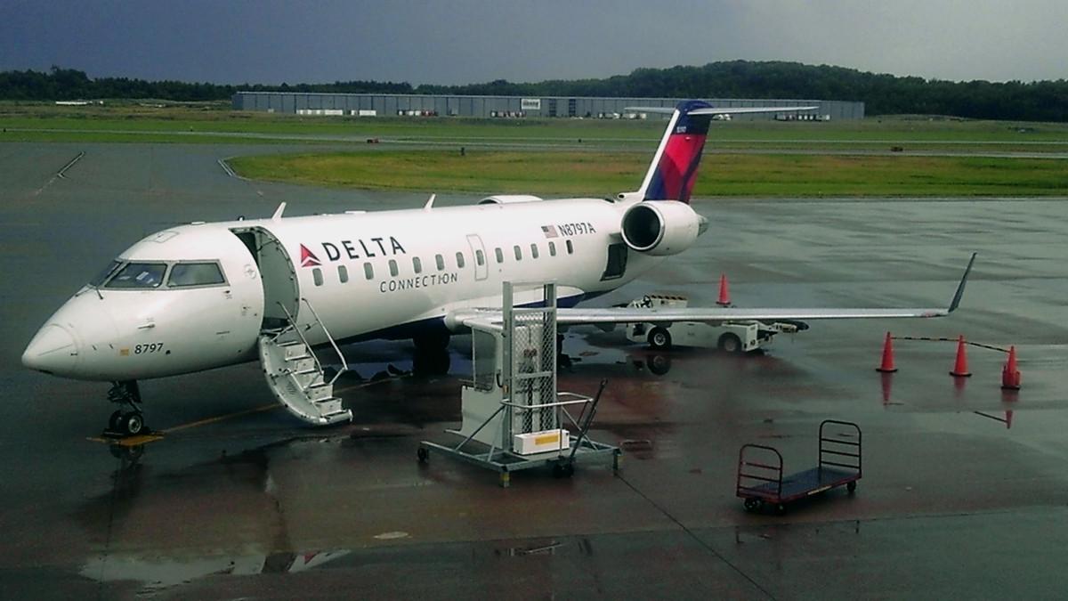 File:Delta N8797A Bombardier CRJ-200 (27229997333) jpg