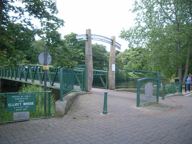 Elliott Bridge and entrance to Carlisle Park - geograph.org.uk - 943662