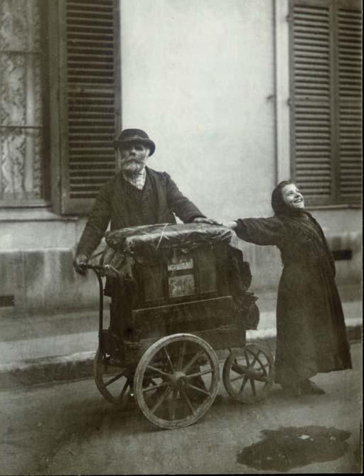 Fotografía artística - histórica - periodística  - Página 9 Eugene_Atget_Organ_Grinder_1899