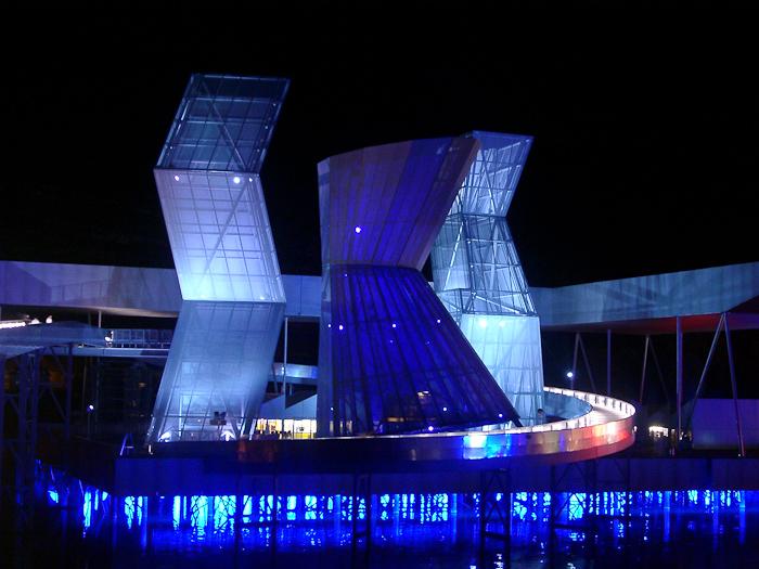 File:Expo02-ArtplageBiel-Türme-Nacht.jpg - Wikimedia Commons