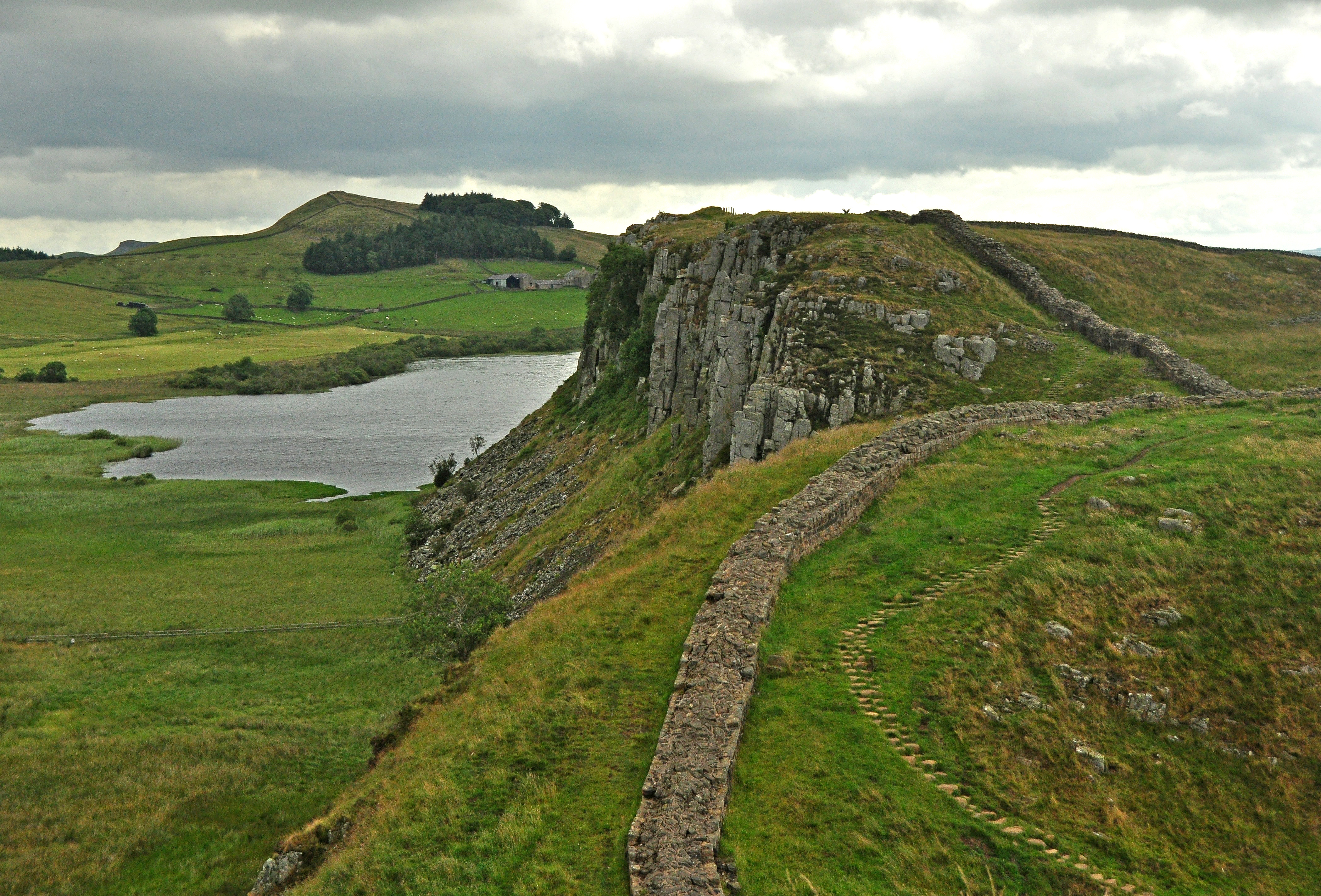 File hadrian 39 s wall and crag wikimedia commons for Wall pictures