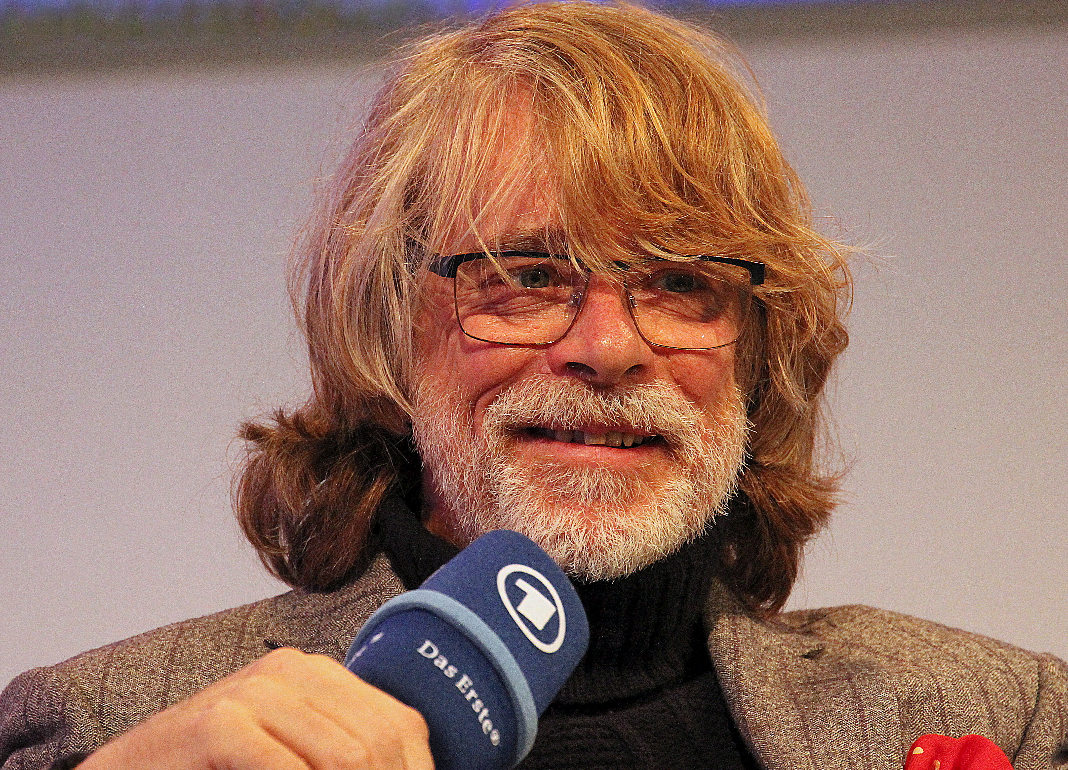 The 62-year old son of father (?) and mother(?) Helge Schneider in 2018 photo. Helge Schneider earned a  million dollar salary - leaving the net worth at 3 million in 2018