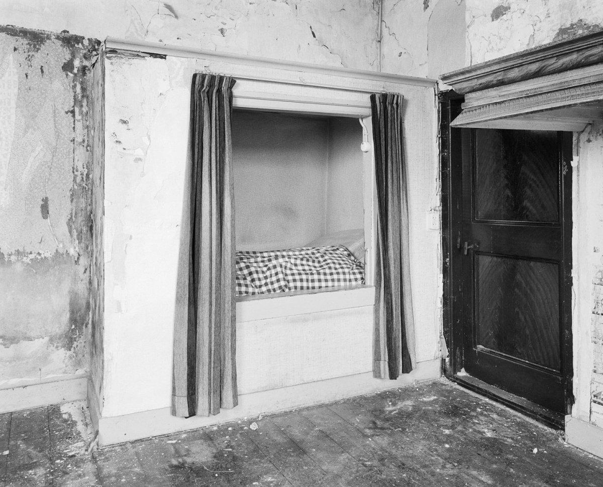File:Interieur woonkamer, bedstede en gehoute deur naast de schouw ...