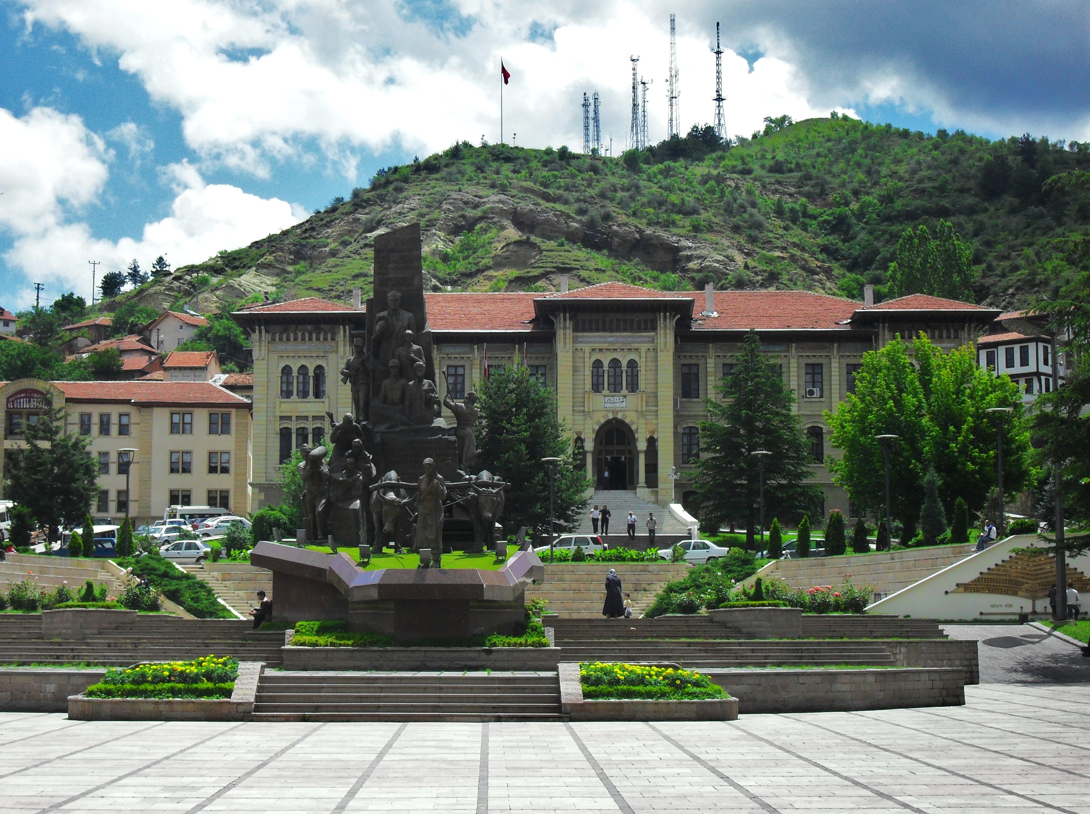 File:Kastamonu Cumhuriyet Meydanı Anıt ve Hükümet Konağı ...