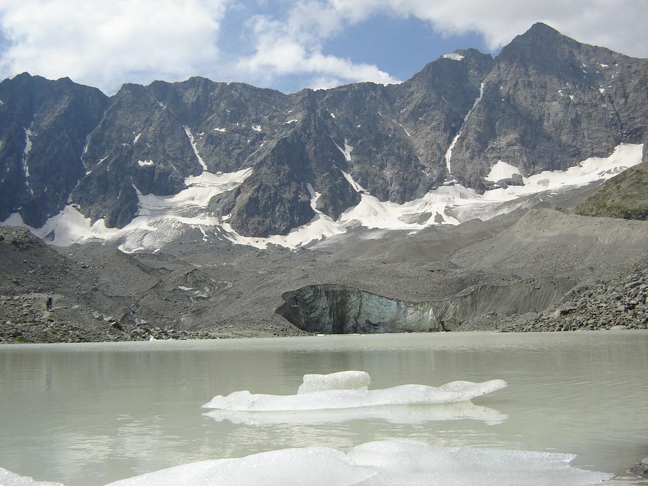 https://upload.wikimedia.org/wikipedia/commons/8/88/Lac_et_glacier_d%27Arsine_%28Ecrins%29.JPG