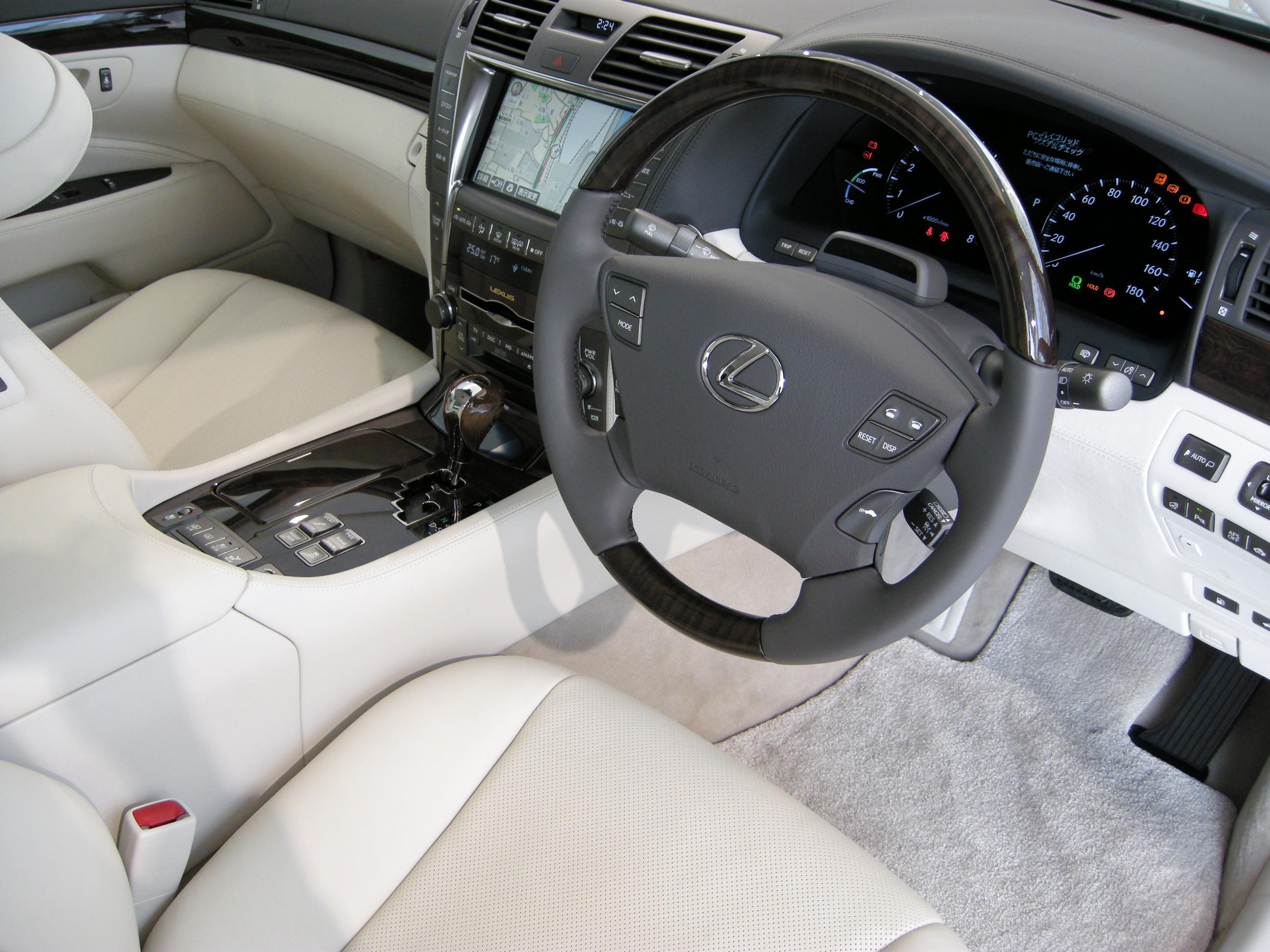 https://upload.wikimedia.org/wikipedia/commons/8/88/Lexus_LS600hL_01.JPG