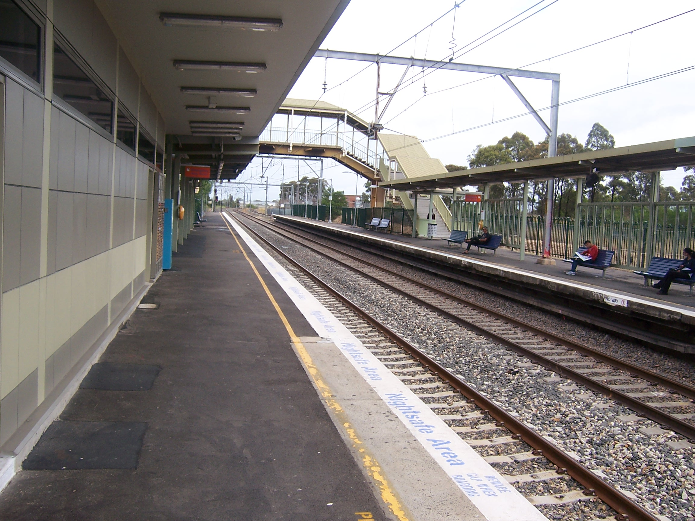 https://upload.wikimedia.org/wikipedia/commons/8/88/Macquarie_Fields_Station_3.jpg