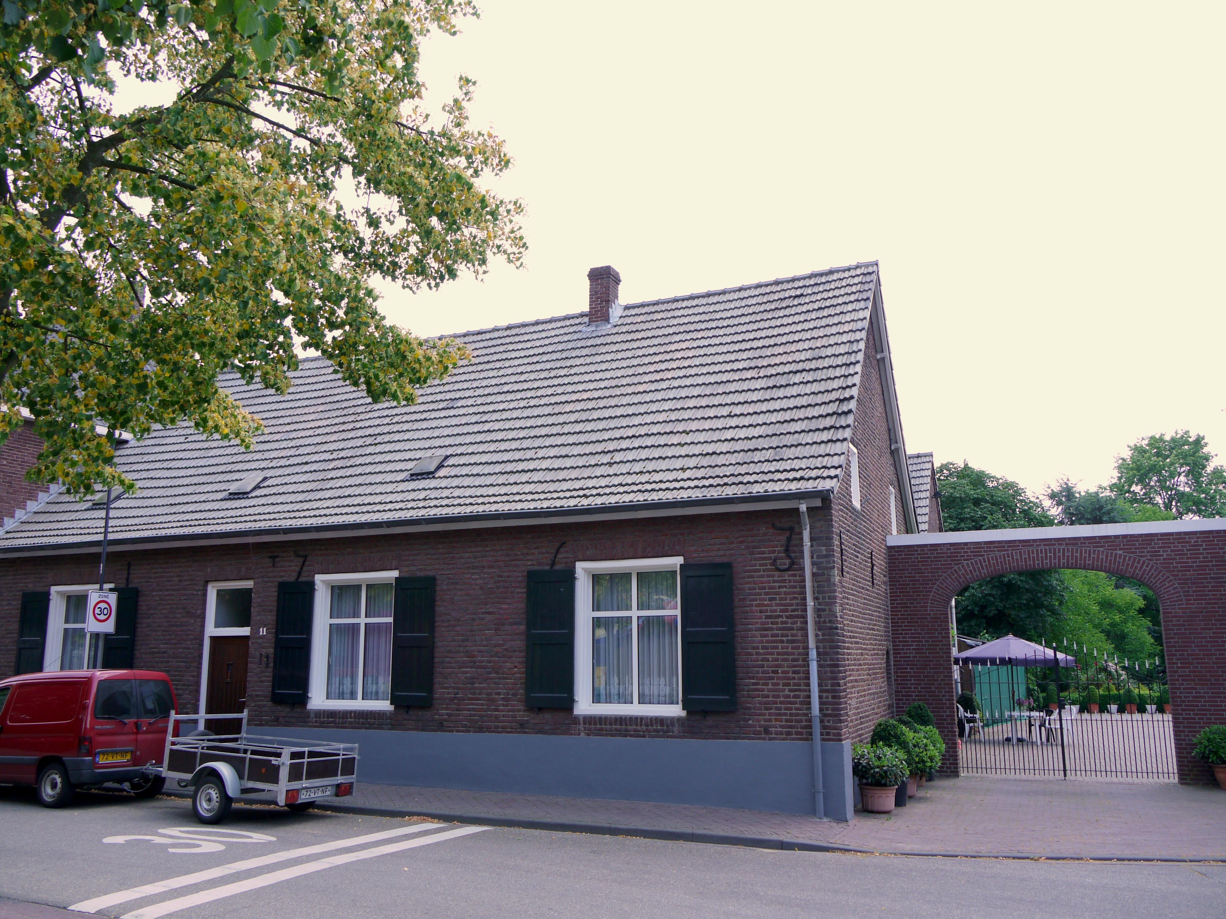 Huis met zadeldak tussen zijtopgevels opzij een korfboogpoort in lottum monument - Tussen huis ...