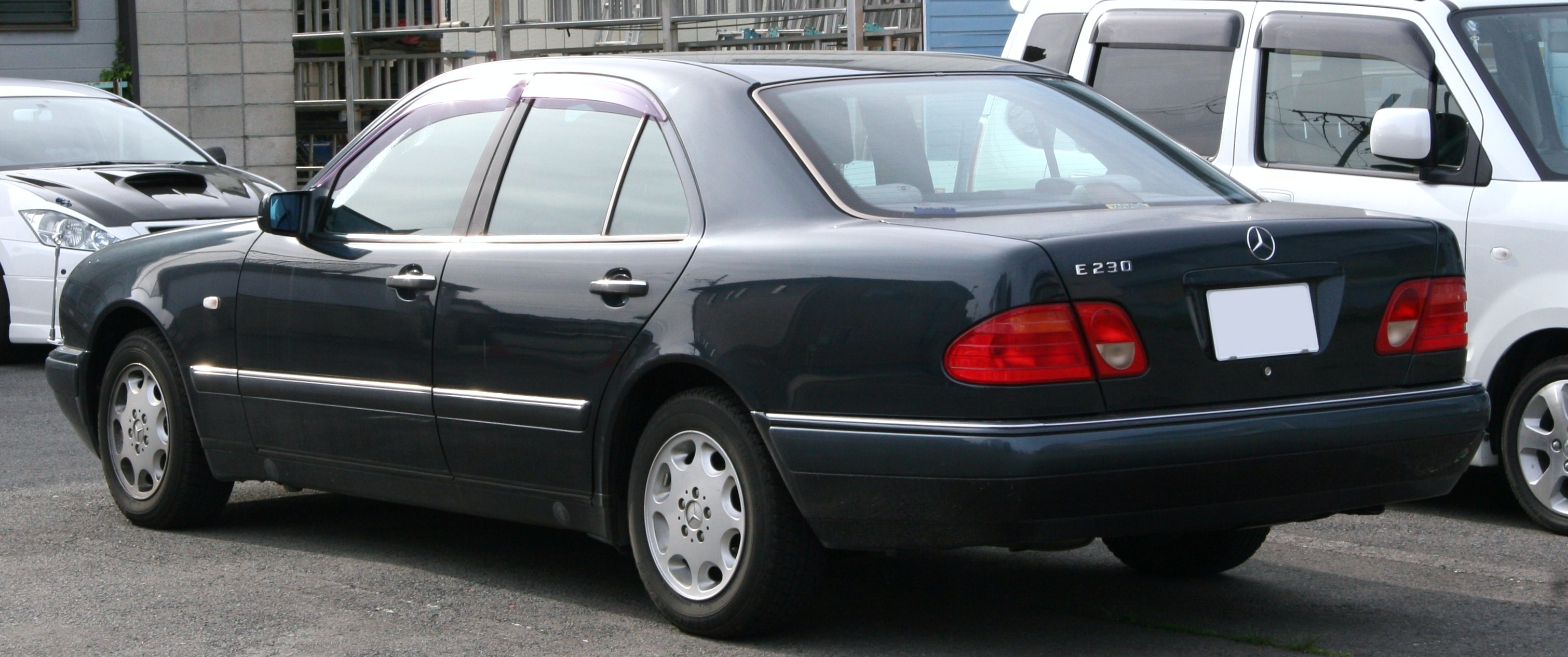 https://upload.wikimedia.org/wikipedia/commons/8/88/Mercedes-Benz_E230_W210_rear.jpg