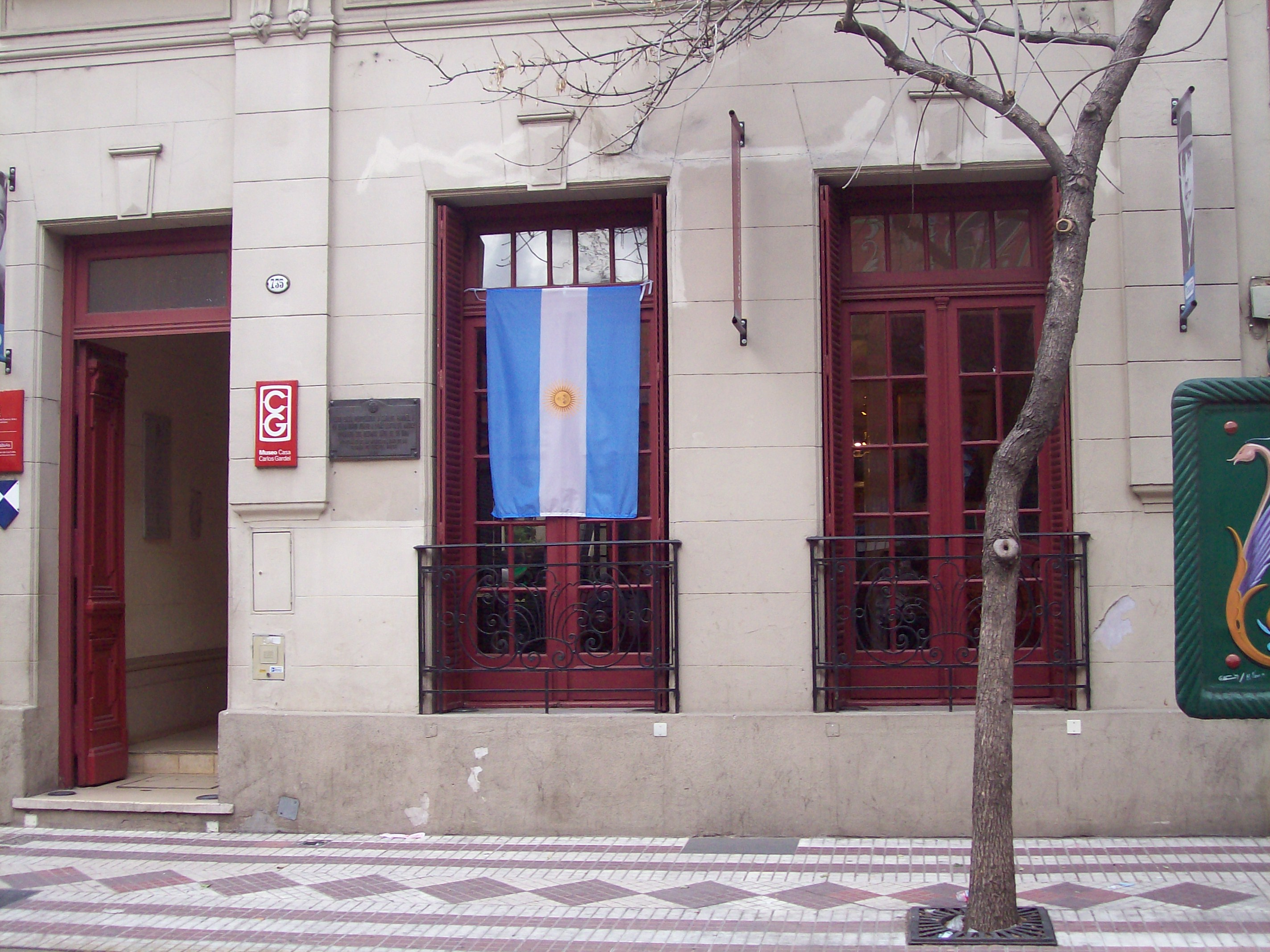 Casa de Carlos Gardel en el barrio del Abasto, en la que vivió desde 1927. Gardel frecuentaba el barrio desde comienzos de siglo y fue conocido con el apodo de «El Morocho del Abasto».