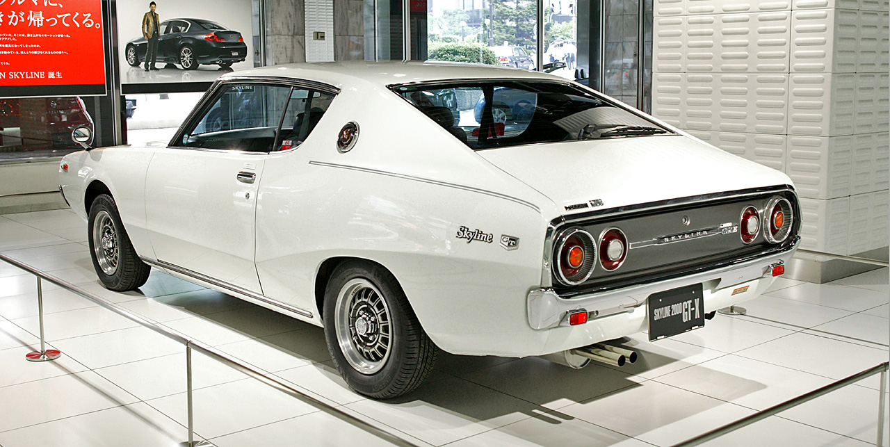 https://upload.wikimedia.org/wikipedia/commons/8/88/Nissan_Skyline_C111_2000_GTX-E_002.jpg