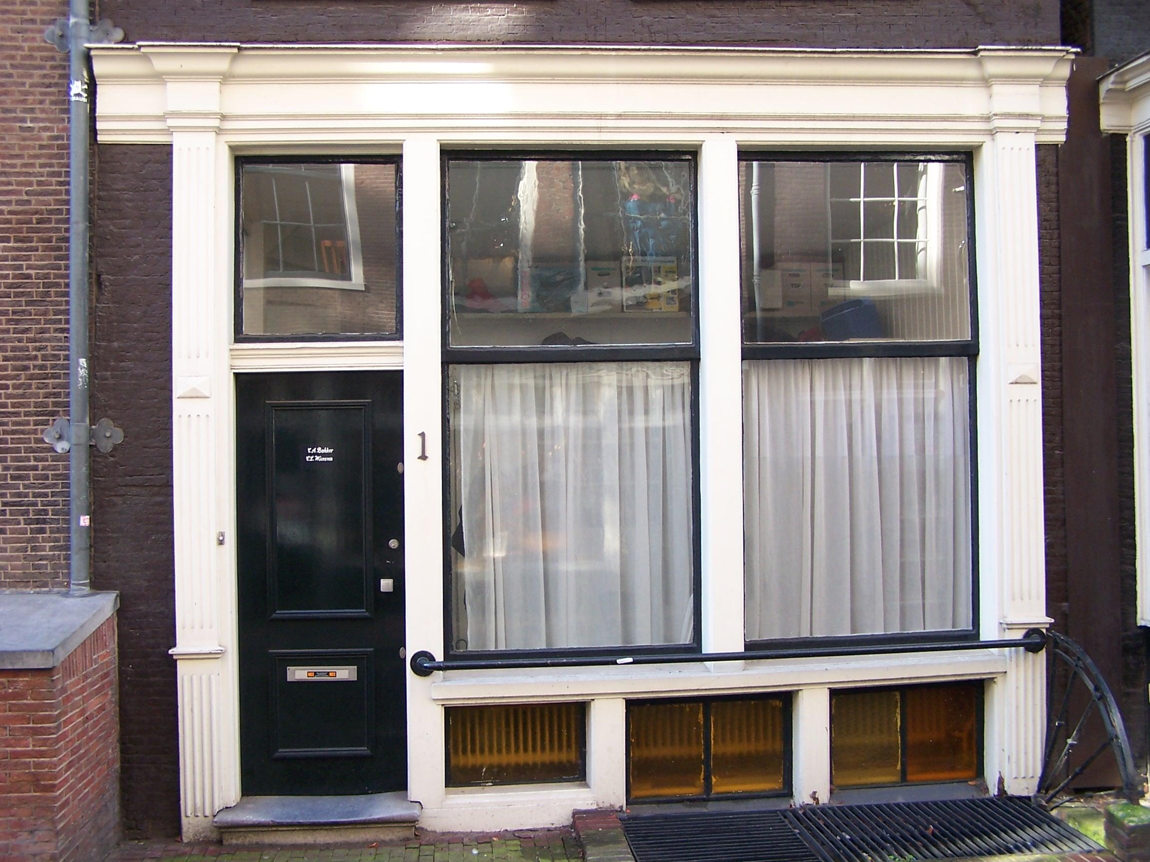 Huis met latere gevel onder 19e eeuwse rechte lijst in amsterdam