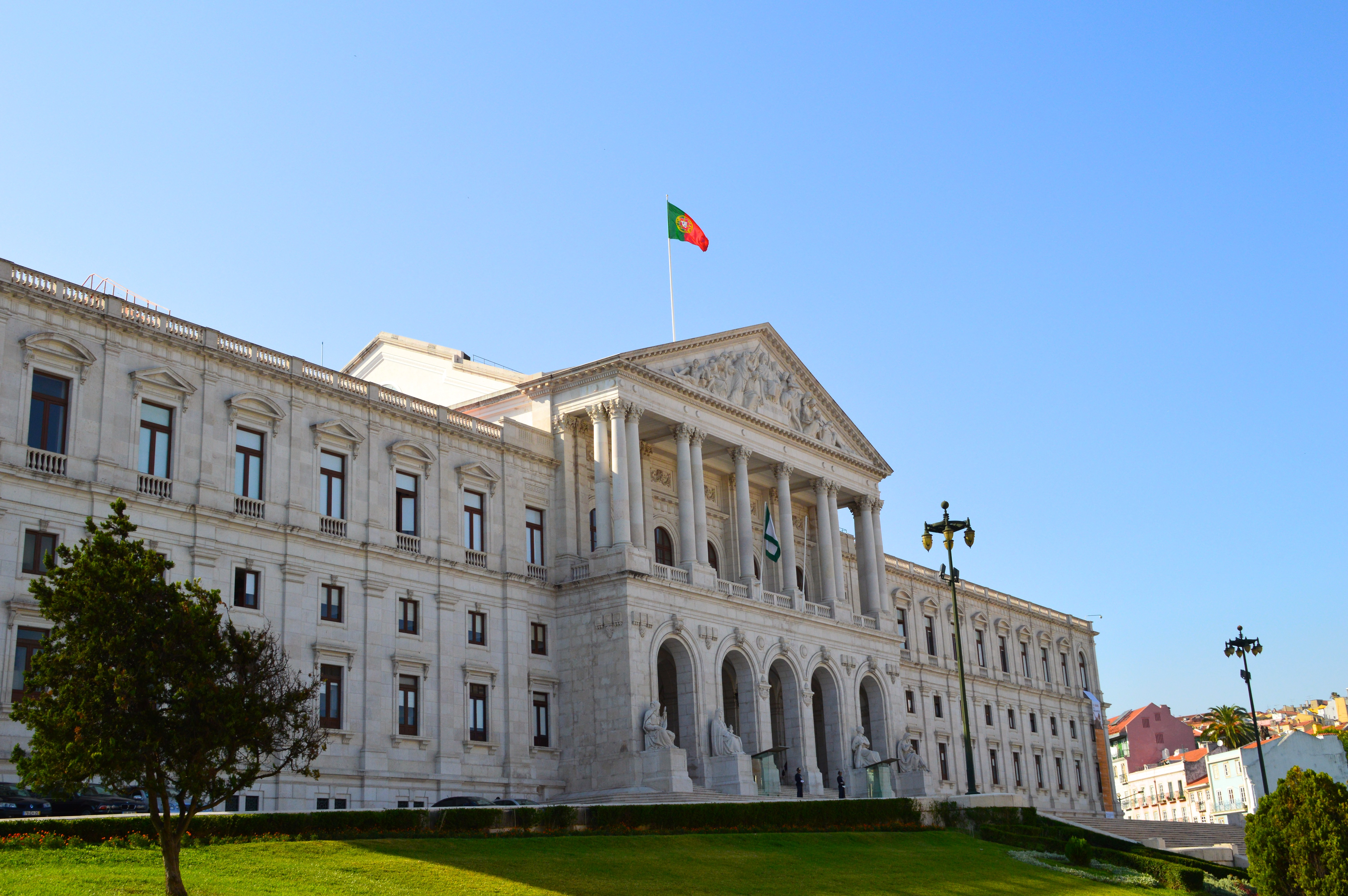 Deixa passar o maior de portugal casa do benfica na for Parlamento wikipedia