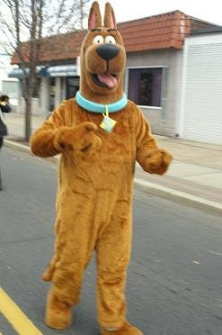 Cosplayer als Scooby-Doo tijdens Santa Parade in Hawthorne, New Jersey.