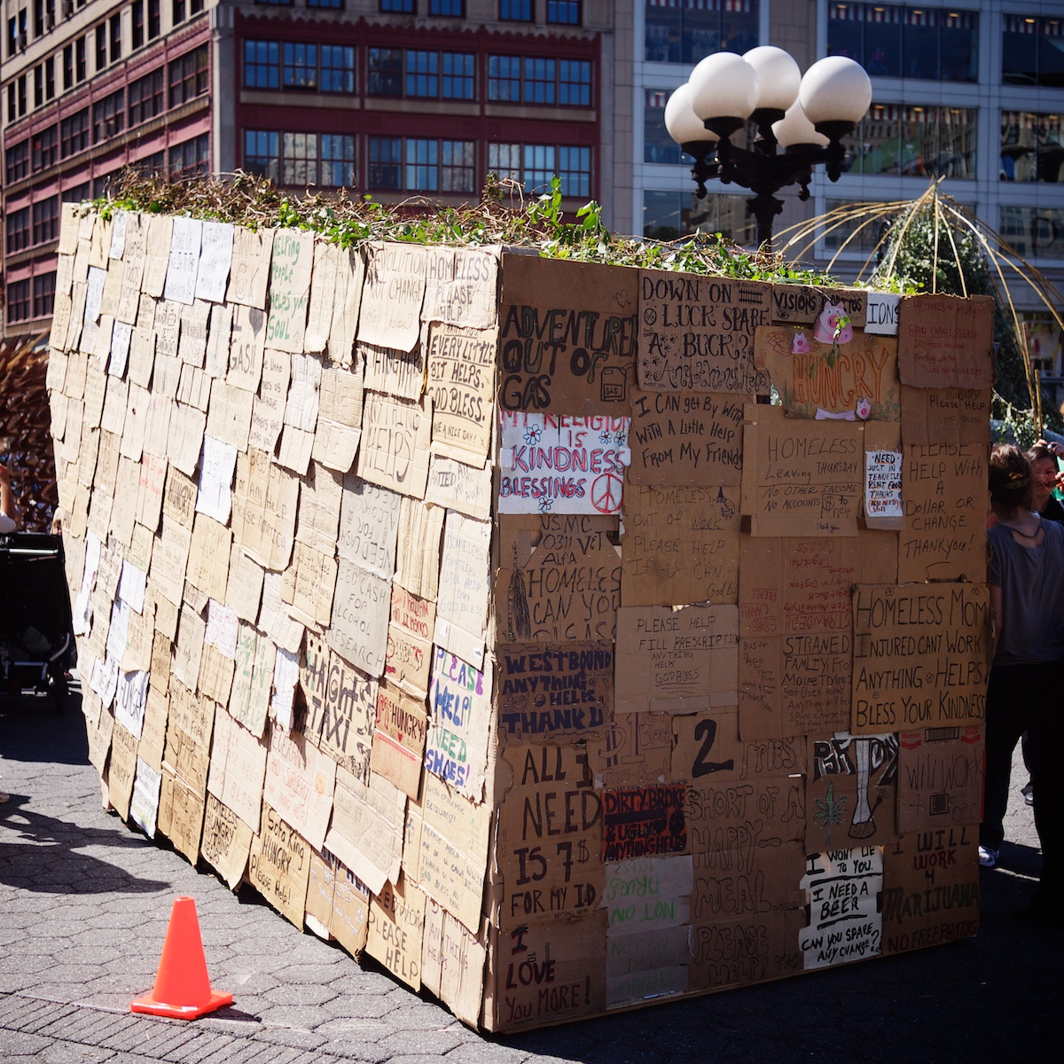 """Sukkah of the Signs"""" BY Ronald Rael and Virginia San Fratello, Oakland - Quelle: WikiCommons"""