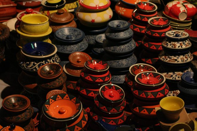 चित्र:Traditional pottery in Dilli Haat.jpg