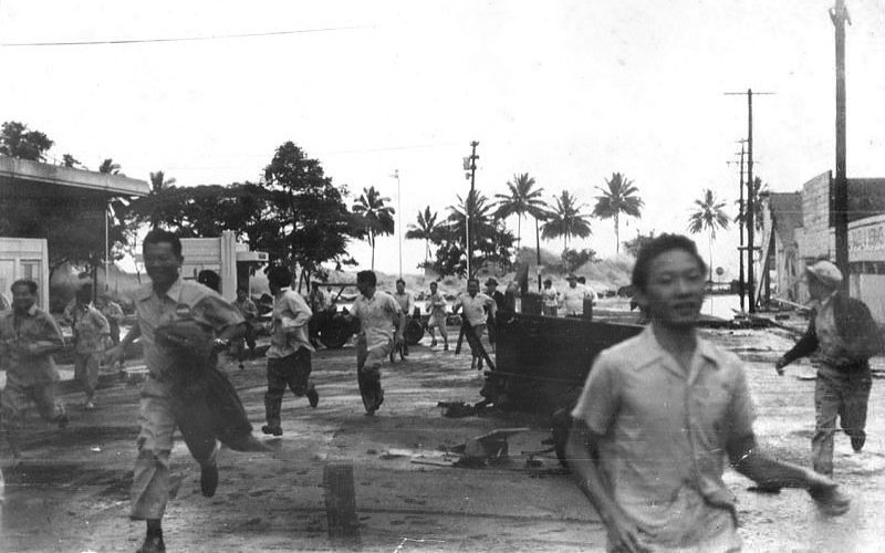 people run from an approaching tsunami in Hilo ,Hawaii