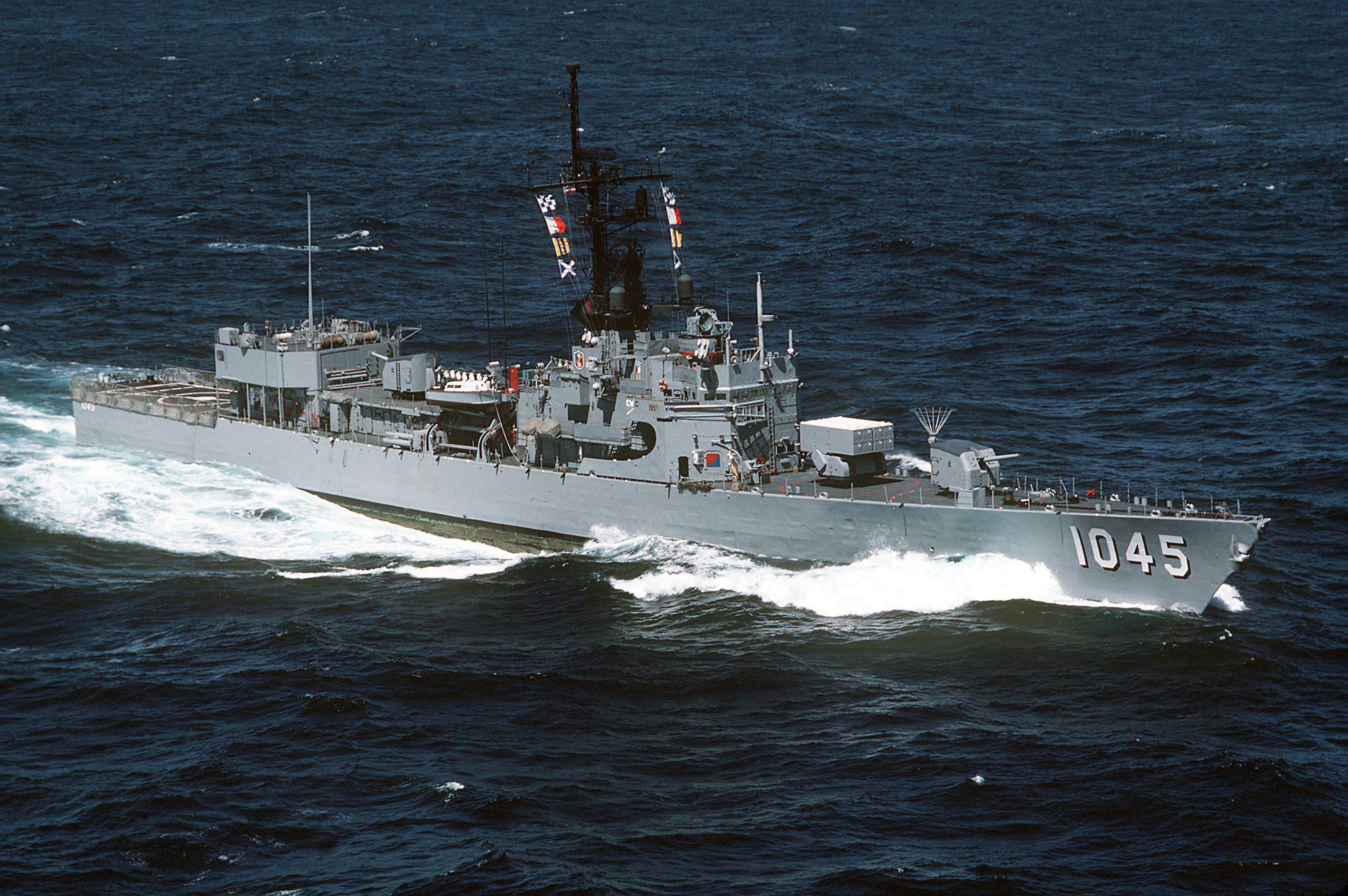 File:USS Davidson (FF-1045) underway on 1 July 1986 (6421920