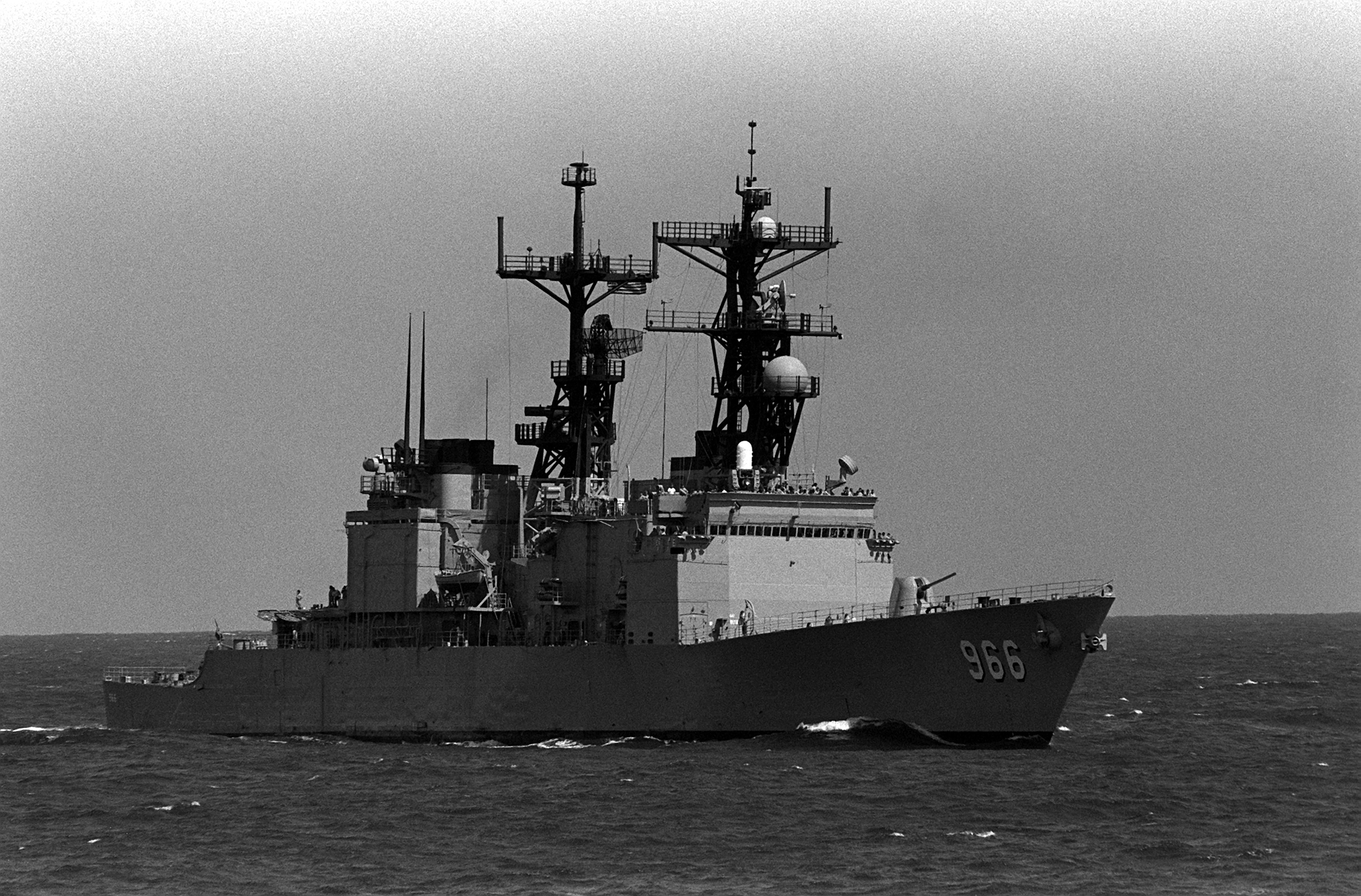 La Bombe ! On commence fort !! - Page 2 USS_Hewitt_(DD-966)_stbd_bow_view_FLEETEX_89
