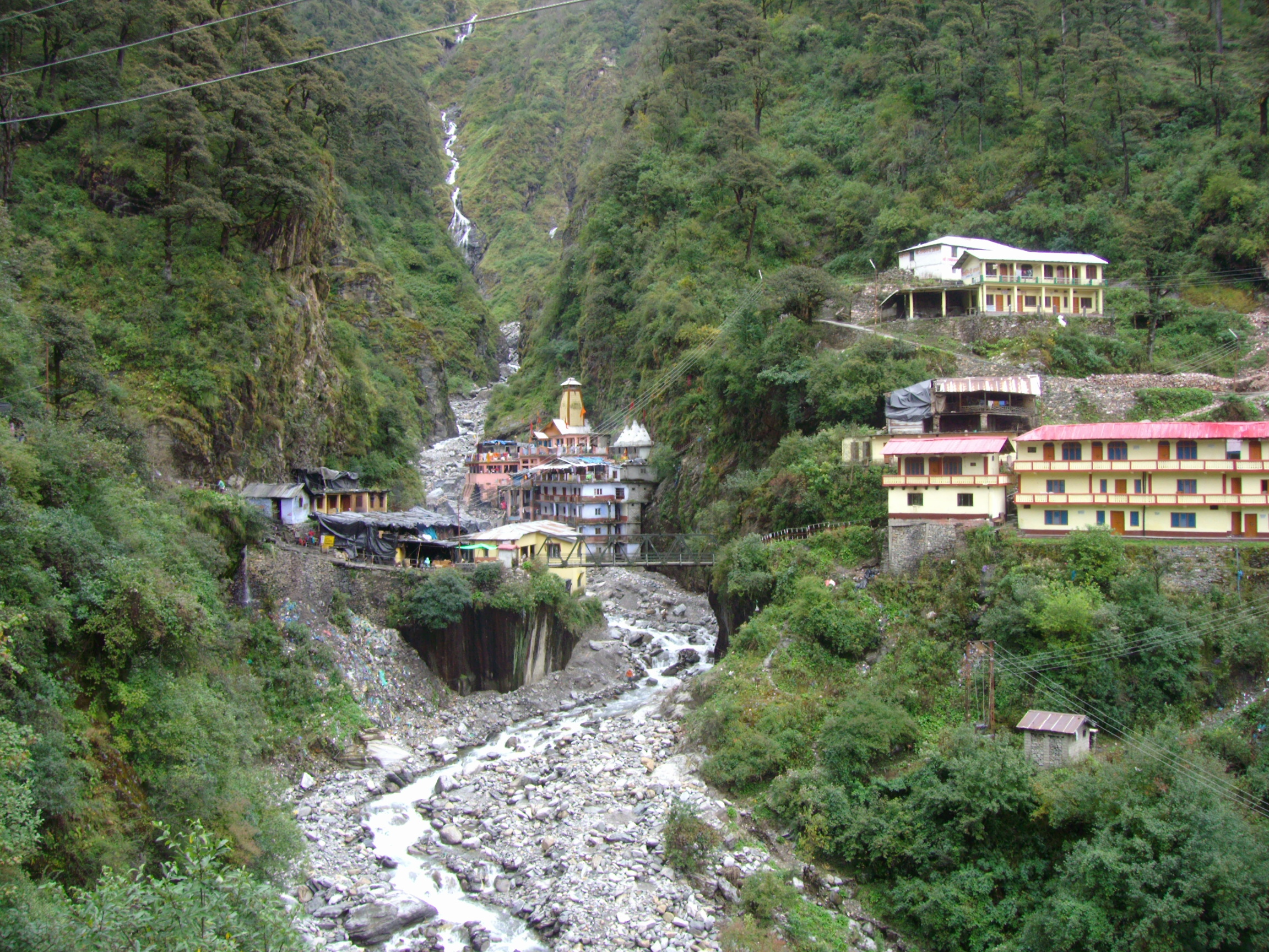 A narrow bridge at Yamunotri is vulnerable to rockfall from the slope upstream (Source: Wikimedia Commons)