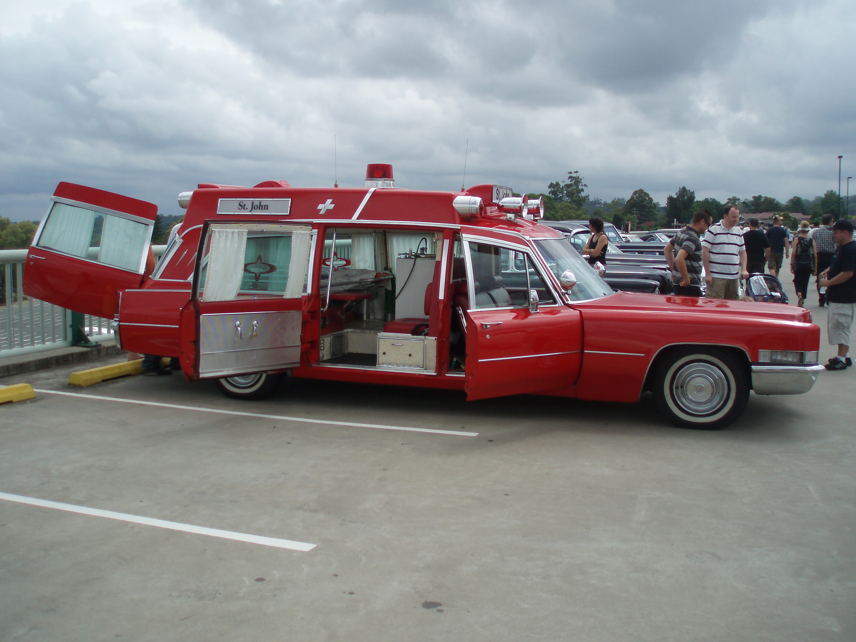 File:1969 Cadillac Superior Rescuer High Top ambulance (5410311642
