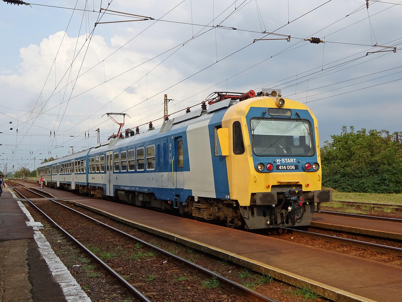 A vonat a mozdony és a vele összekapcsolt kocsik kombinációjából, vagy több önjáró motorkocsi összekapcsolásából áll.
