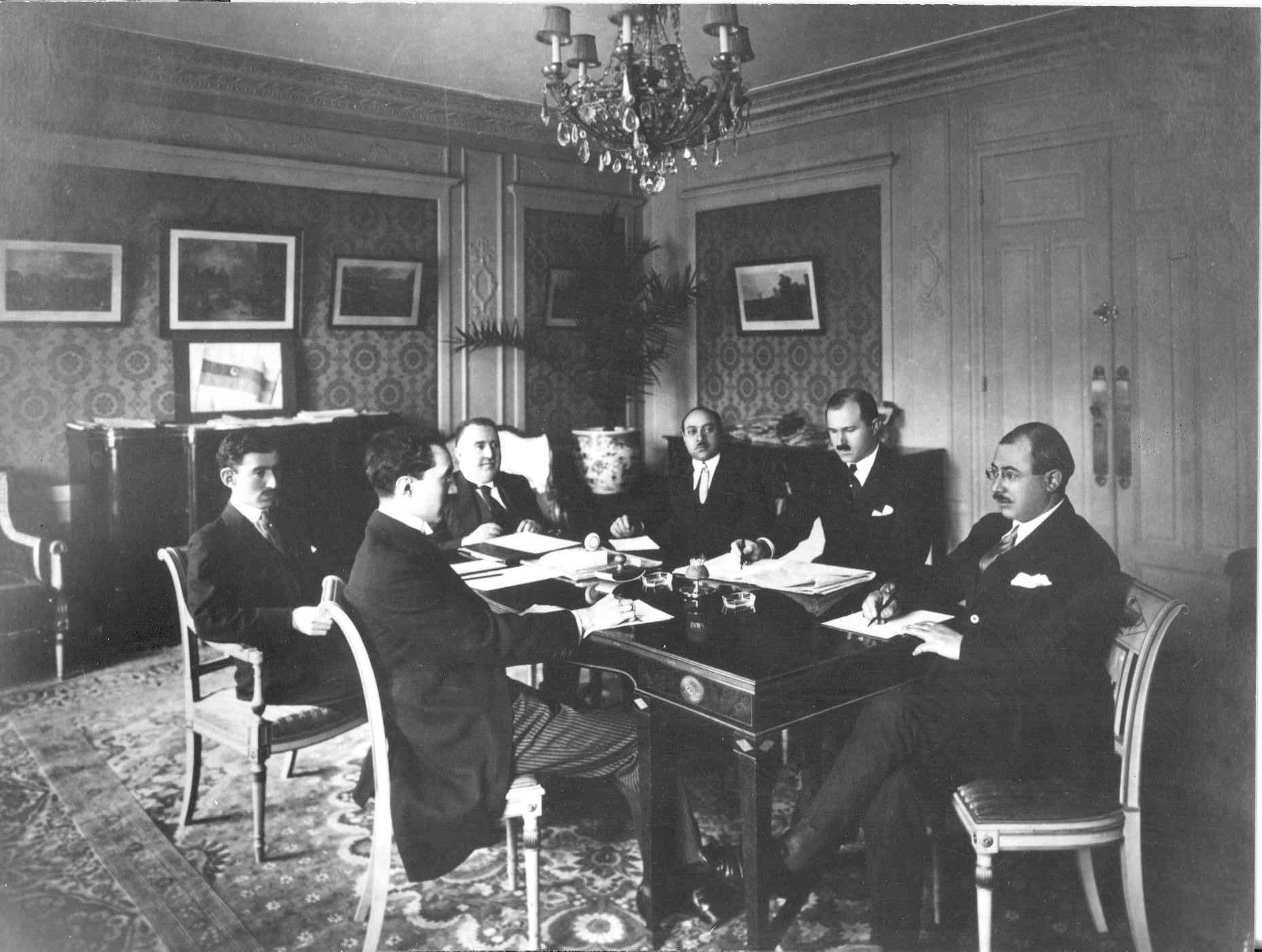 Файл:Azerbaijani delegation in Paris.jpg