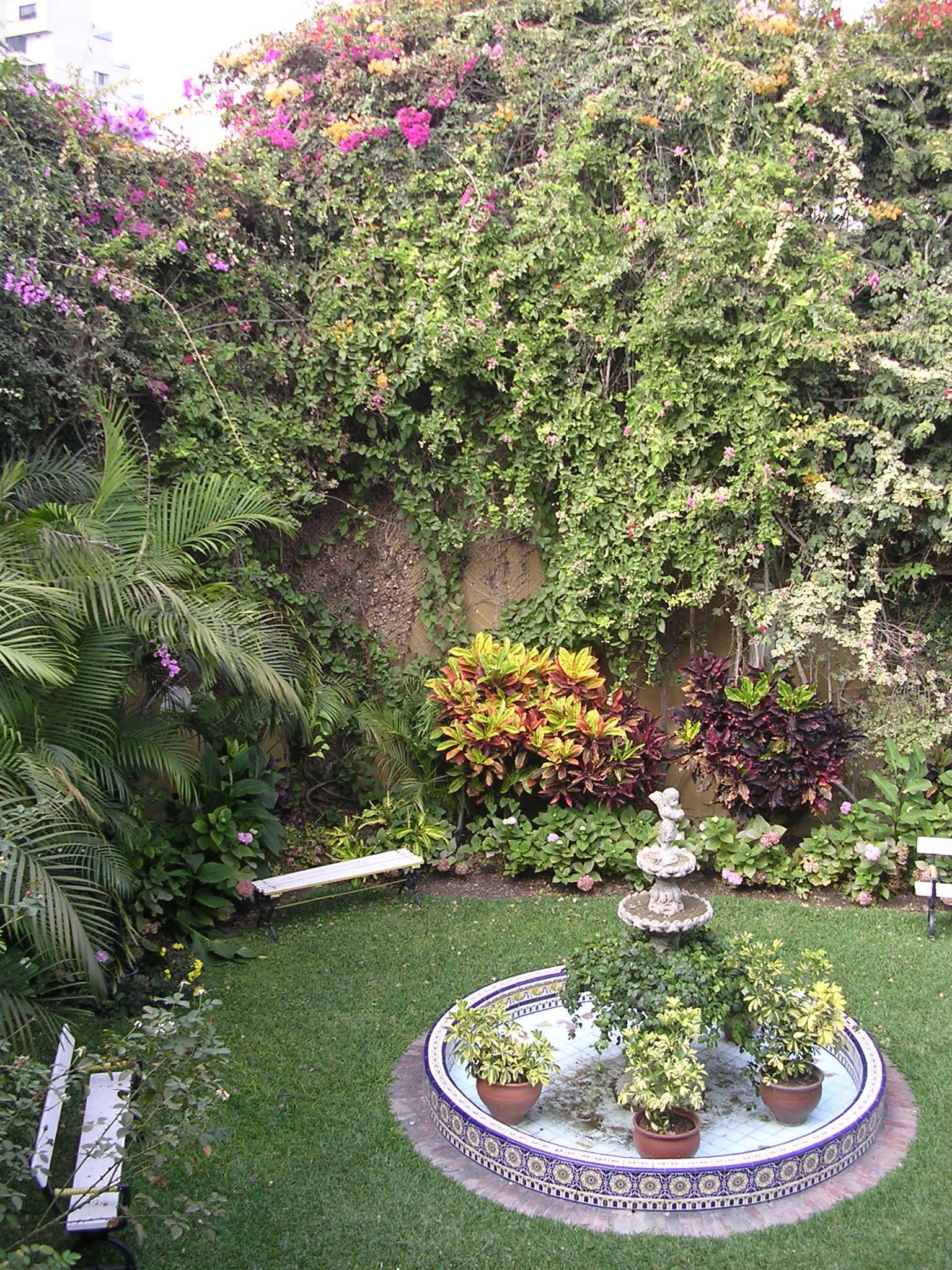 Archivo:Backyard of Panamanian Embassy in Peru.jpg ...