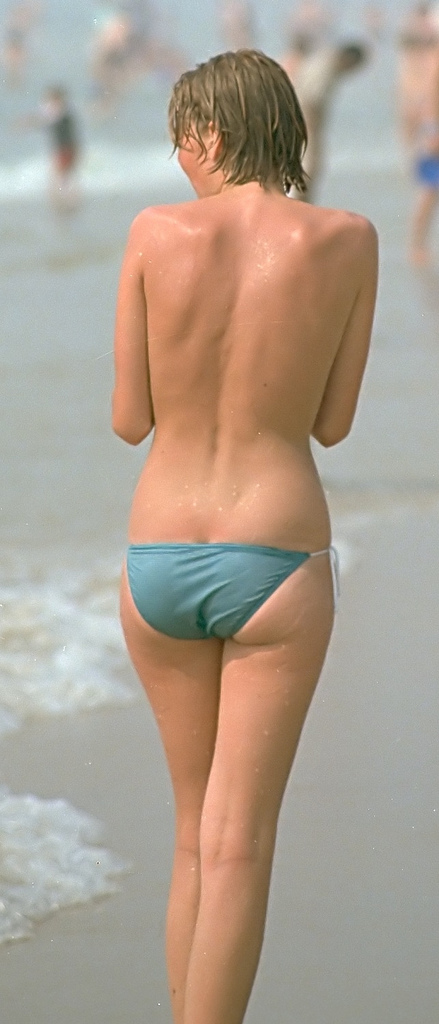 Talaksan:Bikini girls Holland beach 1983 - 017.jpg