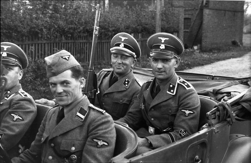 https://upload.wikimedia.org/wikipedia/commons/8/89/Bundesarchiv_Bild_101I-380-0069-37%2C_Polen%2C_Verhaftung_von_Juden%2C_SD-M%C3%A4nner.jpg