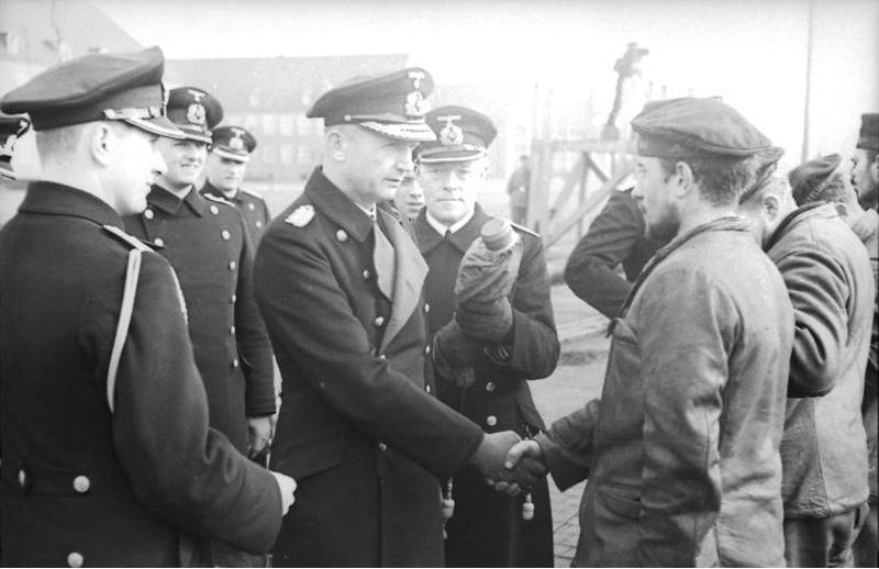 معركة الأطلسي 1945-1939 Bundesarchiv_Bild_101II-MW-5564-25%2C_Wilhelmshaven%2C_D%C3%B6nitz_begr%C3%BC%C3%9Ft_U-Boots-M%C3%A4nner
