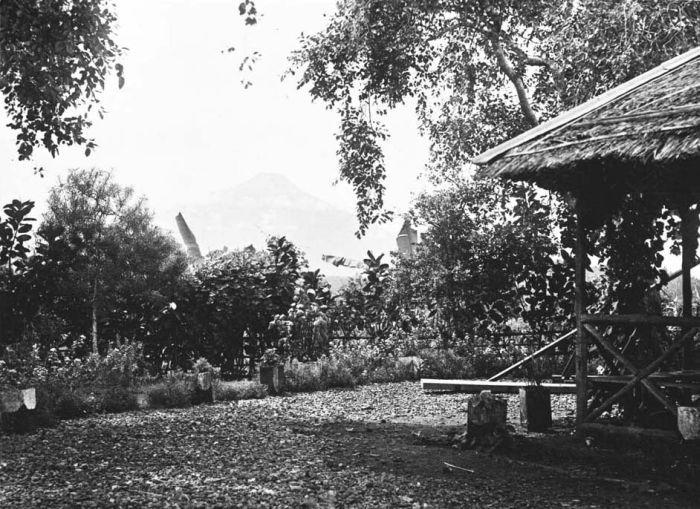 File:COLLECTIE TROPENMUSEUM Gezicht vanaf de Wenang-heuvel in Menado op de vulkaan Klabat TMnr 60018623.jpg