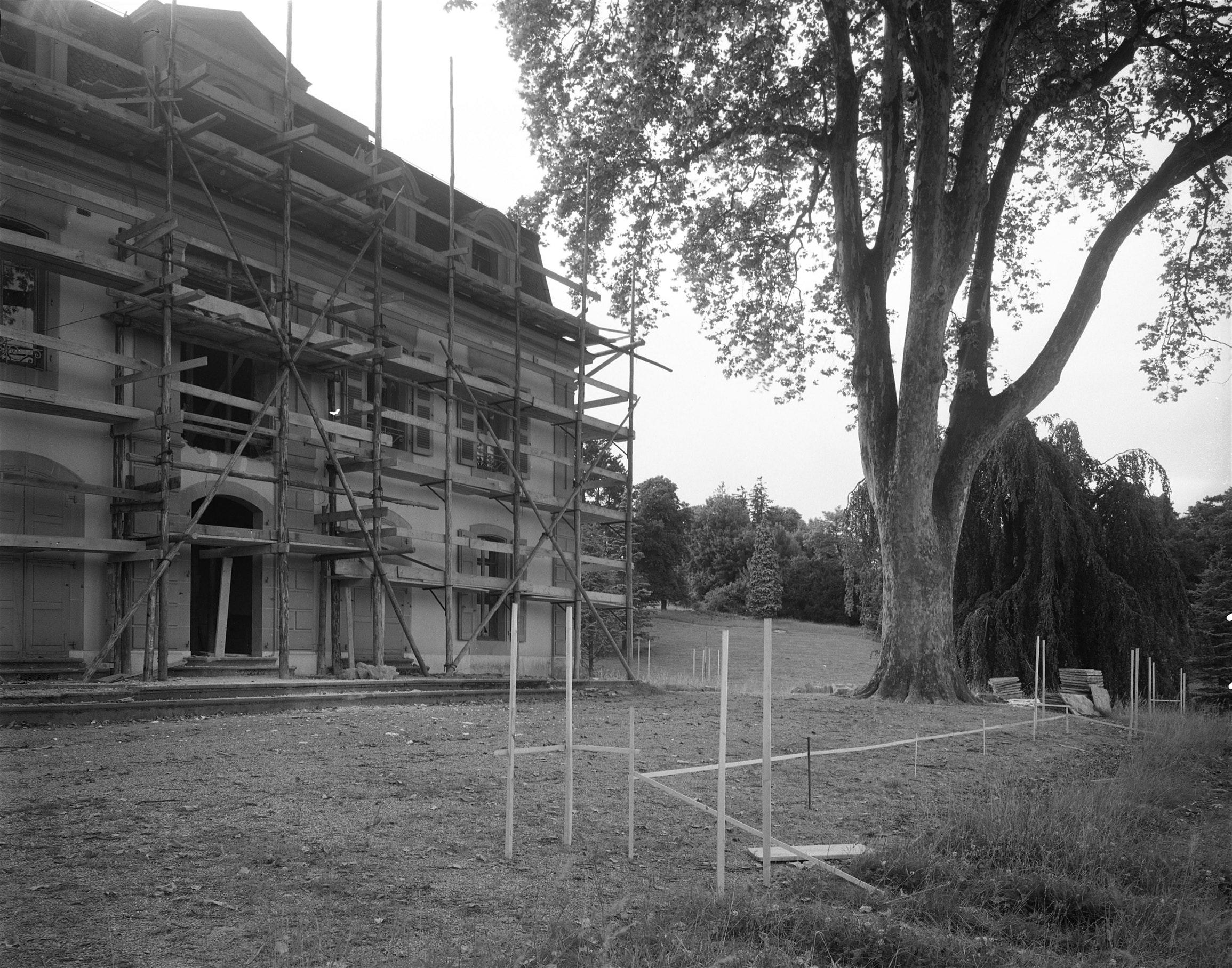 English French Chantier de rénovation du Château de Penthes en 1952 à Pregny-Chambésy (GE), en Suisse.