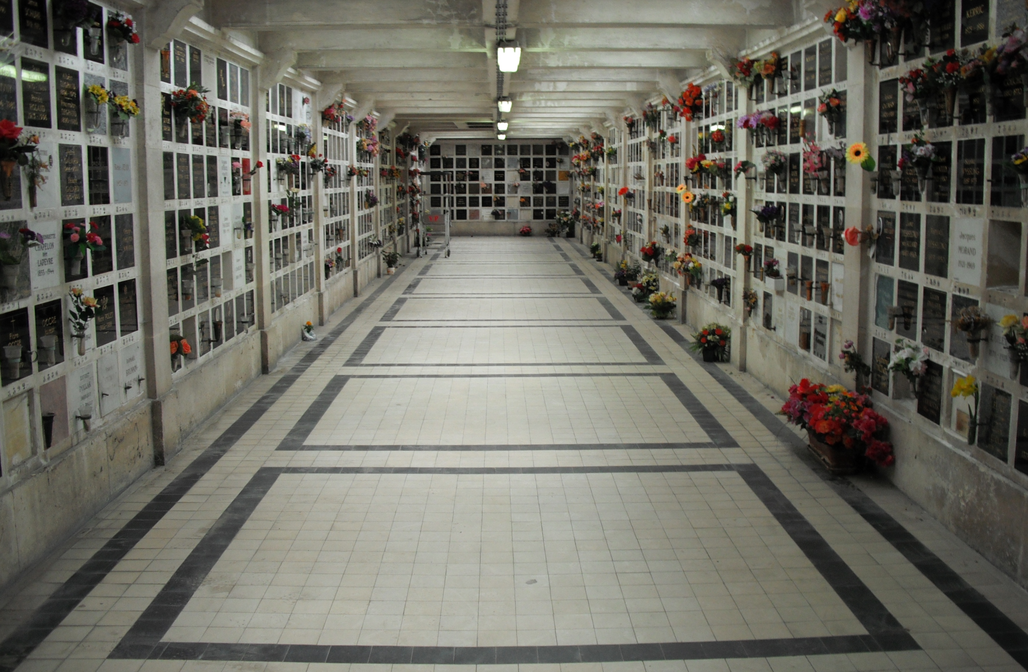 File:Columbarium of Pere Lachaise.jpg - Wikimedia Commons