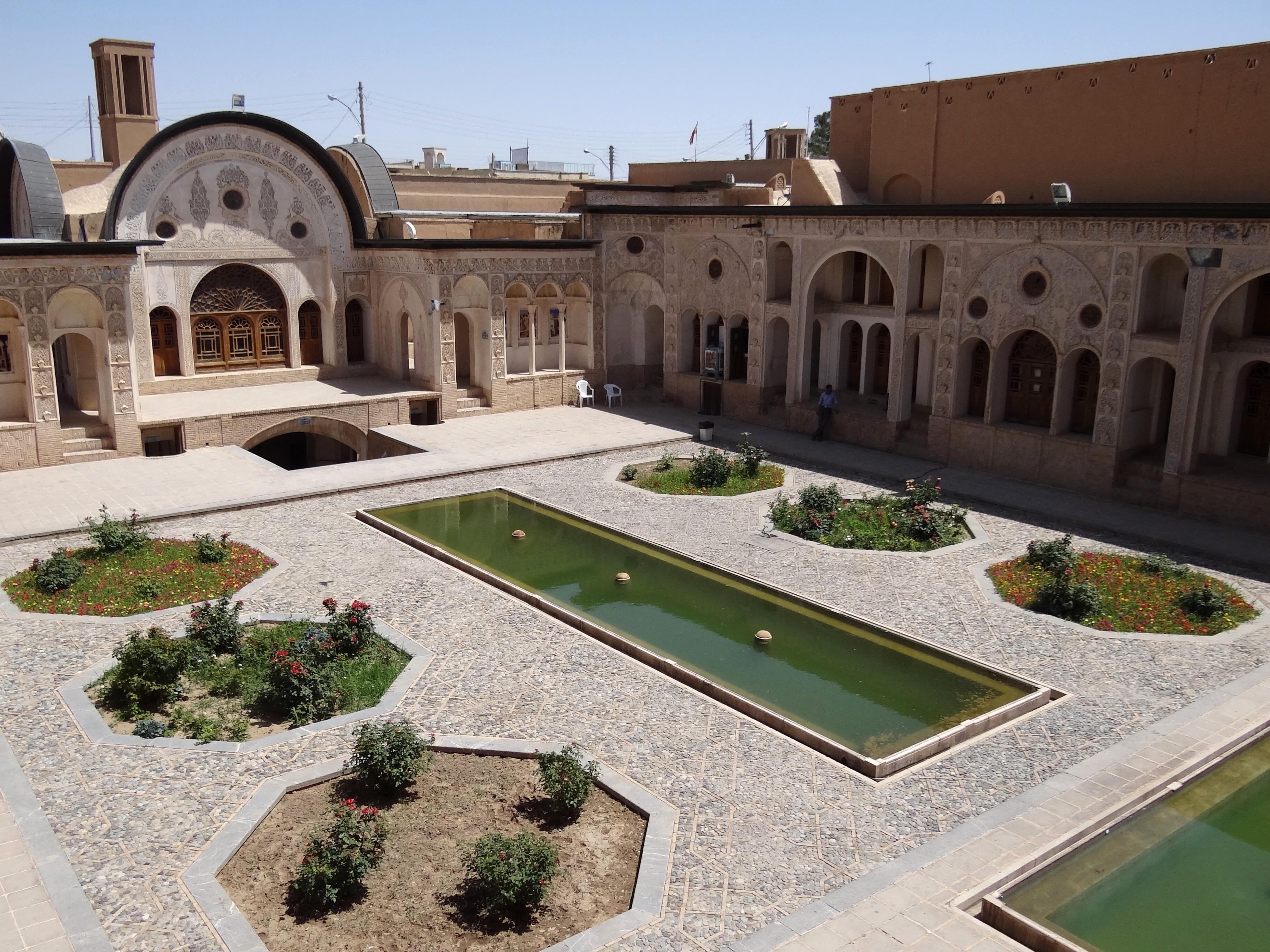 https://upload.wikimedia.org/wikipedia/commons/8/89/Courtyard_of_Tabatabei_Historical_House_Kashan.jpg