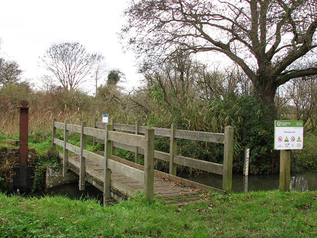 Footbridge over Honing Lock - geograph.org.uk - 1050964